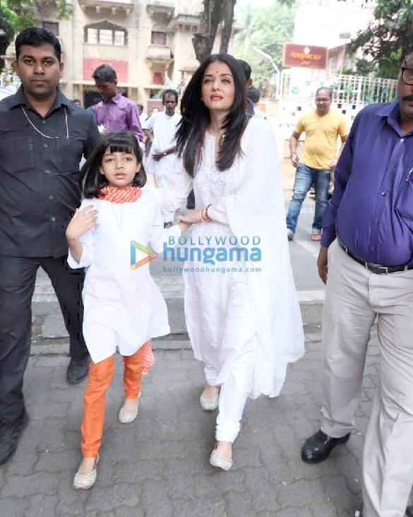 Photos Aishwarya Rai Bachchan and Aaradhya Bachchan snapped at Ramakrishna Mission for Dussehra Puja (5)