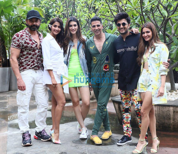 Photos Akshay Kumar, Kriti Sanon and others snapped promoting their film Housefull 4 (003)