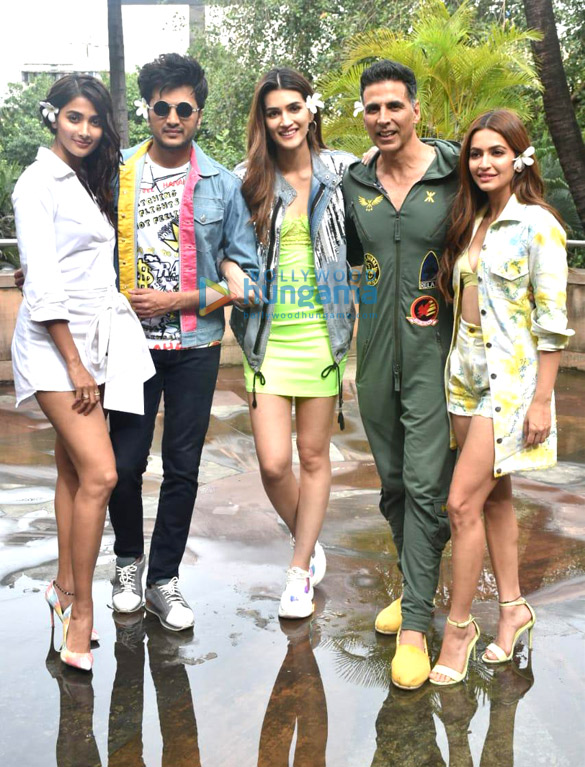 Photos Akshay Kumar, Kriti Sanon and others snapped promoting their film Housefull 4 (3)