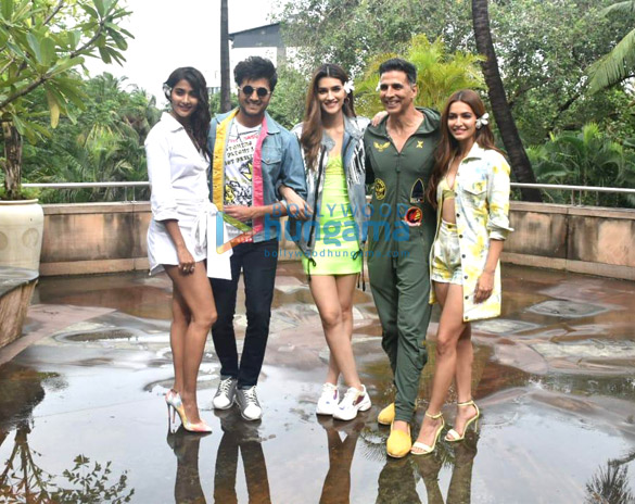 Photos Akshay Kumar, Kriti Sanon and others snapped promoting their film Housefull 4 (5)