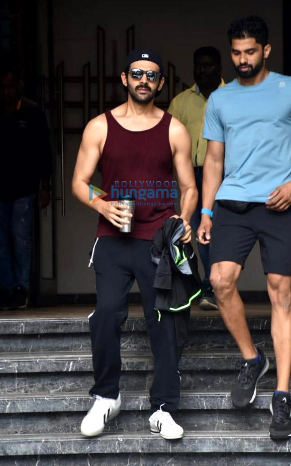 Photos: Kartik Aaryan snapped at the gym in Juhu