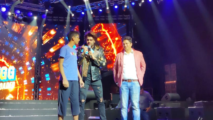 FUNNY: Maniesh Paul interacts with Salman Khan fans at DA-BANGG Concert, Dubai - Bollywood Hungama