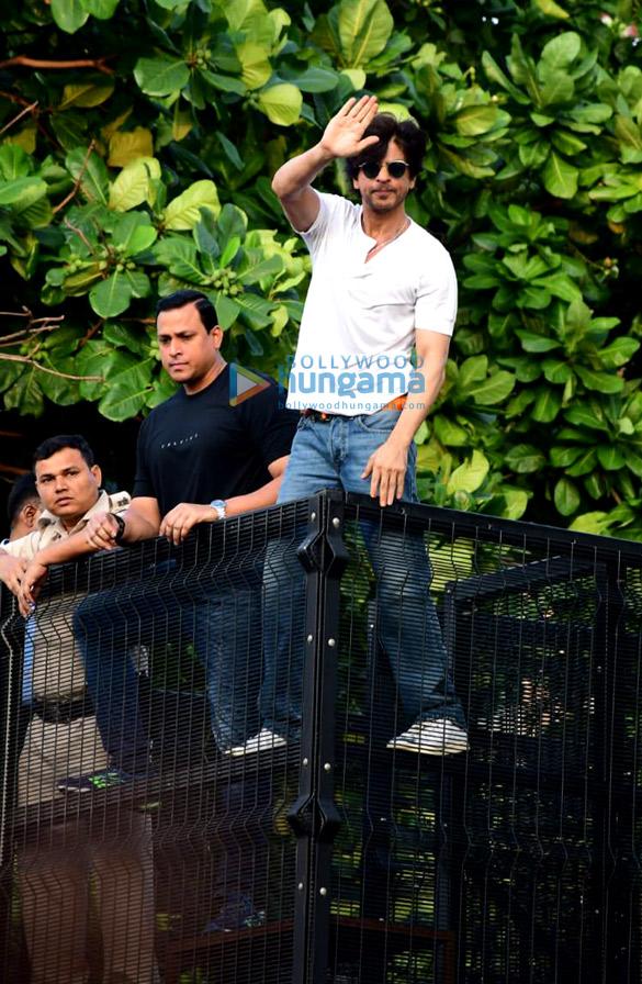 Photos Shah Rukh Khan greets the fans on his 54th birthday at Mannat, Bandra (1)