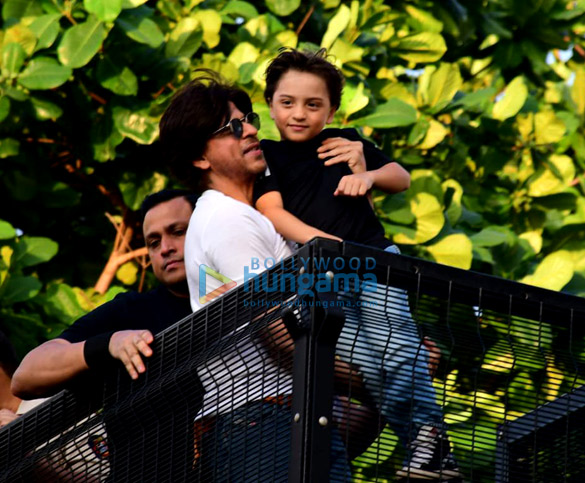 Photos Shah Rukh Khan greets the fans on his 54th birthday at Mannat, Bandra (6)