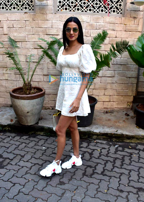 Photos: Sonal Chauhan snapped at Bayroute in Juhu