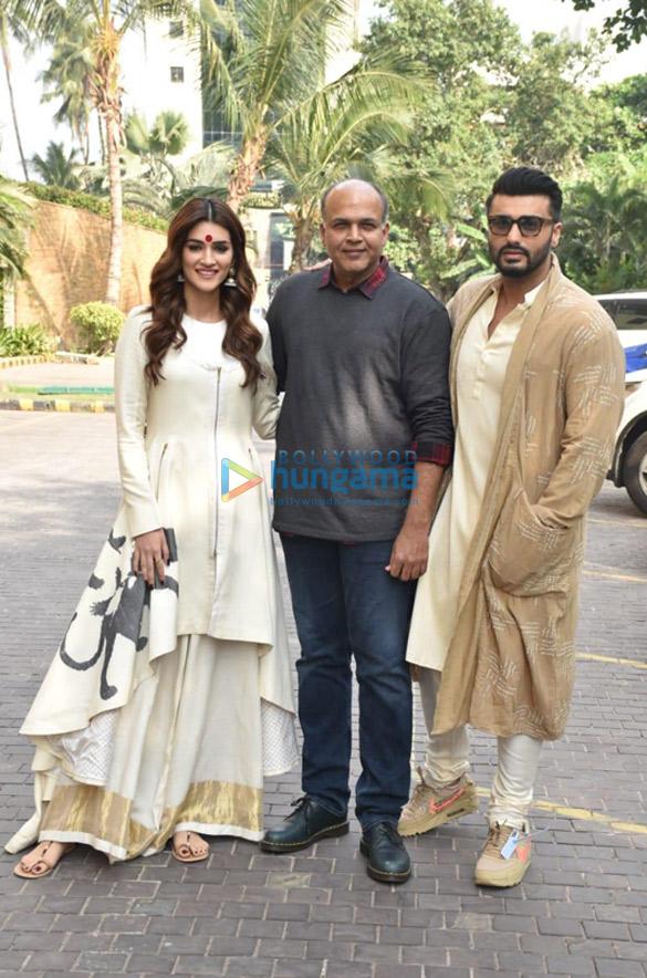 Photos Arjun Kapoor, Kriti Sanon and Ashutosh Gowariker snapped promoting their film Panipat (2)
