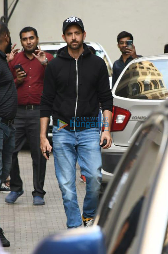 Photos Hrithik Roshan snapped at Old Dharma office (4)