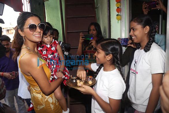 Photos Geeta Basra and daughter Hinaya celebrate Lohri with the girls of Shiksha Seva Foundation (4)