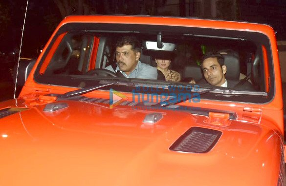 Photos Saif Ali Khan and Kareena Kapoor Khan snapped in their new car in Bandra (3)