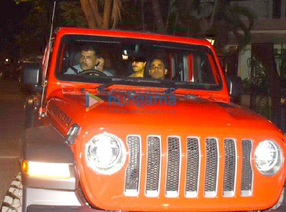 Photos Saif Ali Khan and Kareena Kapoor Khan snapped in their new car in Bandra (5)