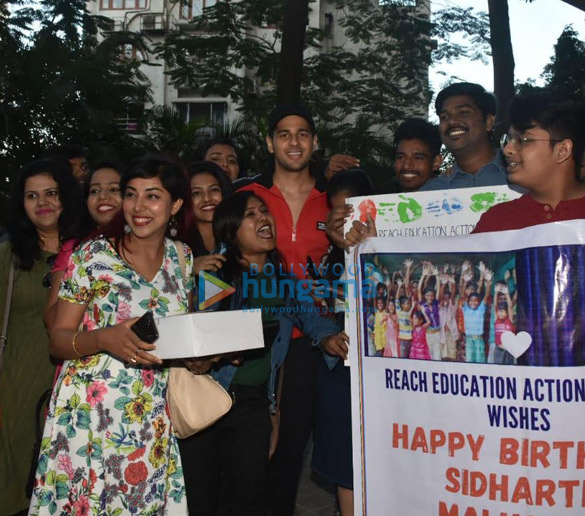 Photos Sidharth Malhotra celebrates his birthday with fans (6)