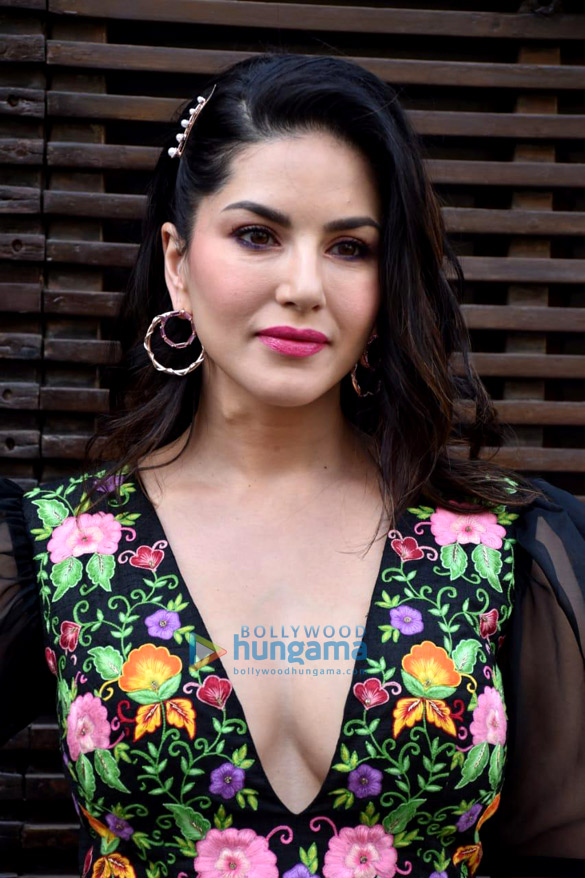 Photos Sunny Leone snapped at Estella restaurant in Juhu (2)
