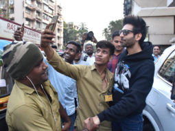 Kartik Aaryan shares a sweet moment with fans and Mumbai police officers