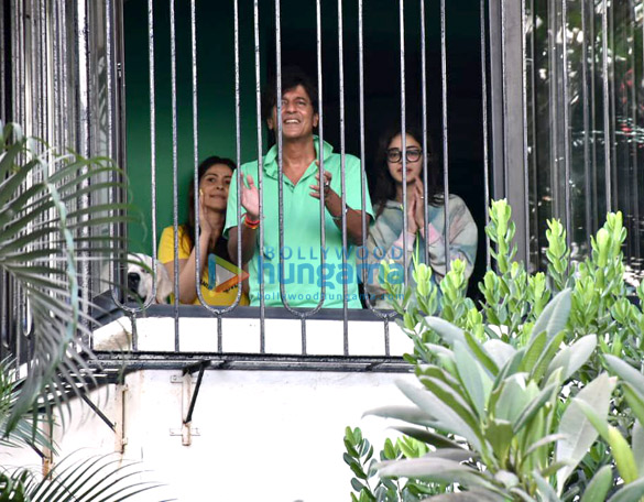 Photos Celebs indulge in clapping during Janta Curfew (4)