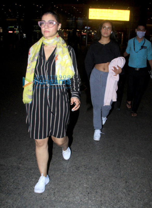 Photos Kajol snapped with daughter Nysa Devgn at the airport (3)