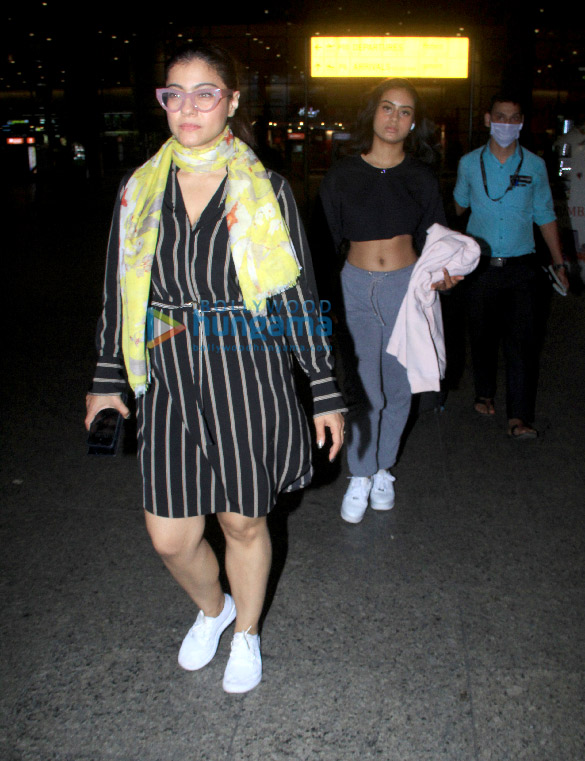 Photos Kajol snapped with daughter Nysa Devgn at the airport (6)