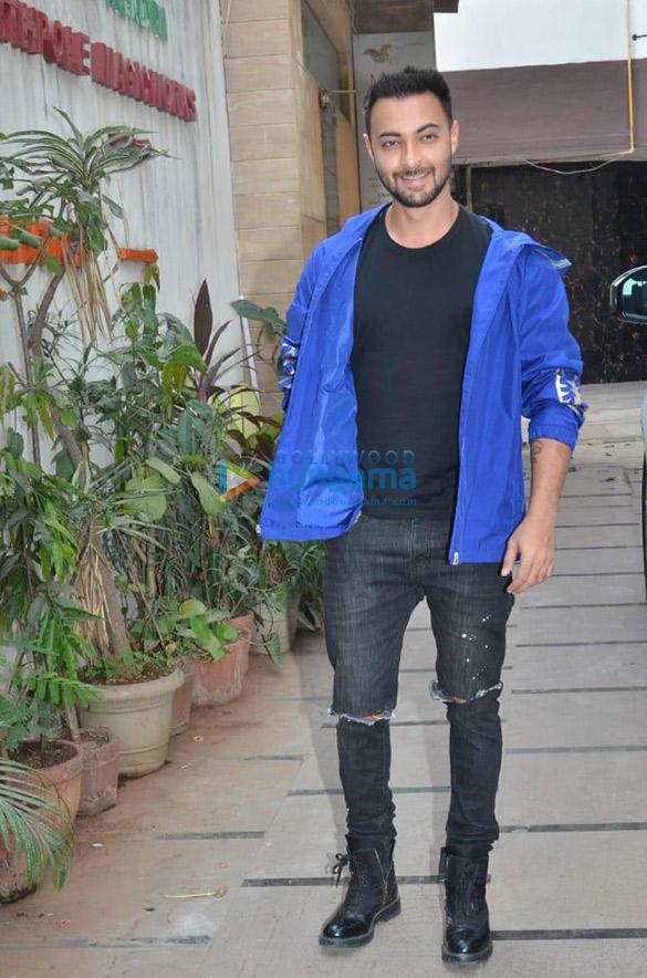 Photos Sunny Leone, Saiee Manjrekar and Aayush Sharma snapped in Juhu (1)