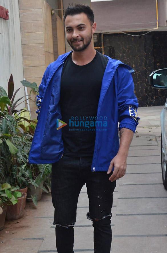 Photos Sunny Leone, Saiee Manjrekar and Aayush Sharma snapped in Juhu (2)