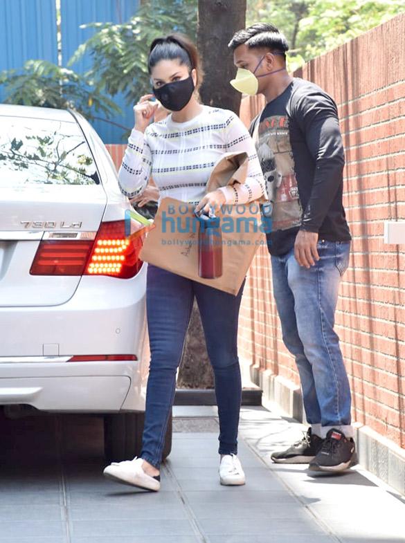 Photos Sunny Leone snapped in Juhu (5)