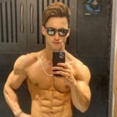 Asim Riaz flaunting his six pack abs in a shirtless mirror selfie is breaking the internet!