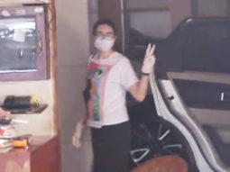 Karisma Kapoor spotted at Kareena Kapoor's home Bandra