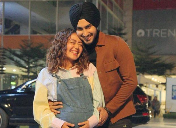 नेहा कक्कड़ और रोहनप्रीत सिंह को अपने पहले बच्चे की उम्मीद थी, गायिका ने एक तस्वीर पोस्ट की जिसमें उनके बच्चे को उछालते हुए दिखाया गया है