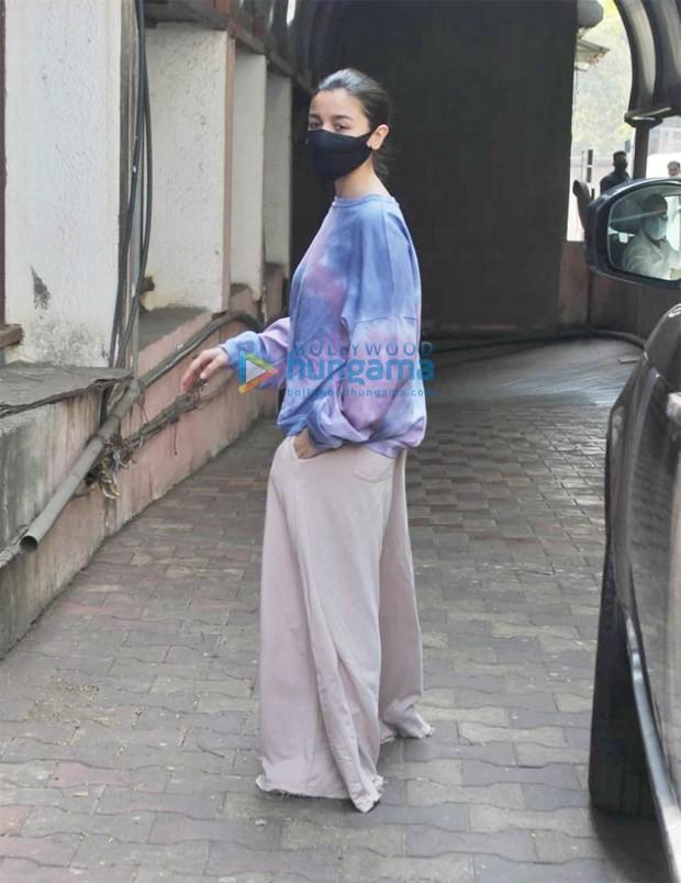 Alia Bhatt keeps it comfy, pulls off oversized clothing like a boss : Bollywood News - Bollywood Hungama