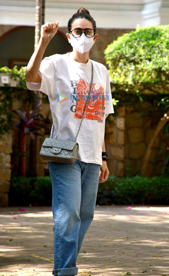 Photos Karisma Kapoor snapped at Kareena Kapoor Khan's house in Bandra (1)