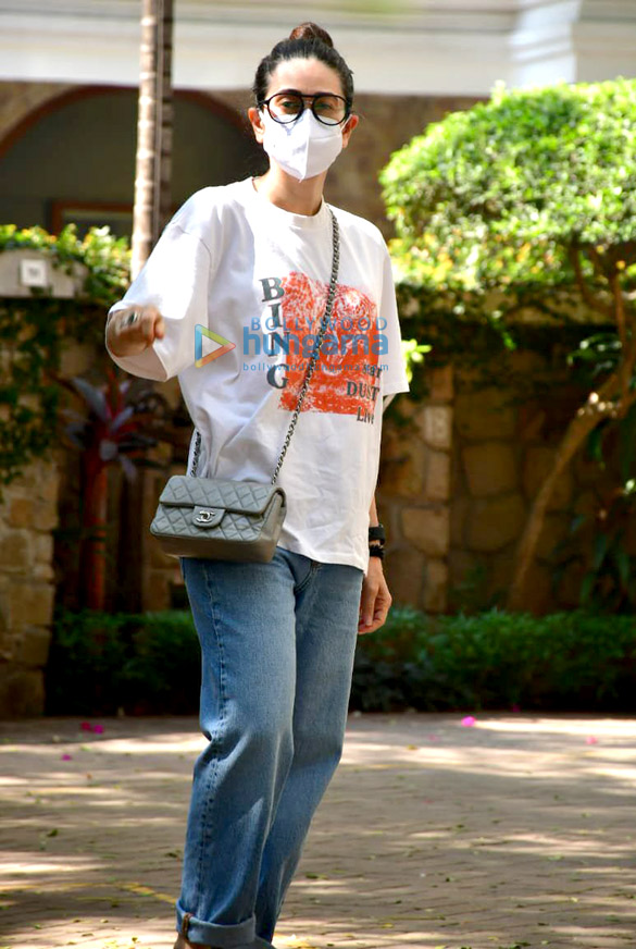 Photos Karisma Kapoor snapped at Kareena Kapoor Khan's house in Bandra (2)
