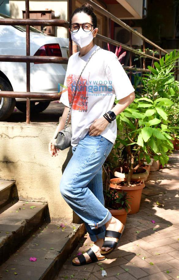 Photos Karisma Kapoor snapped at Kareena Kapoor Khan's house in Bandra (3)