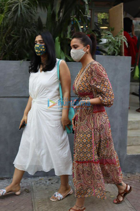 Photos Lara Dutta spotted at The Kitchen Garden in Juhu (2)