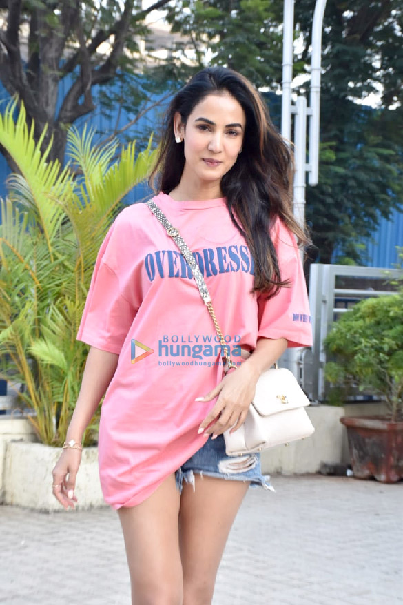 Photos Sonal Chauhan snapped at a store in Juhu (1)