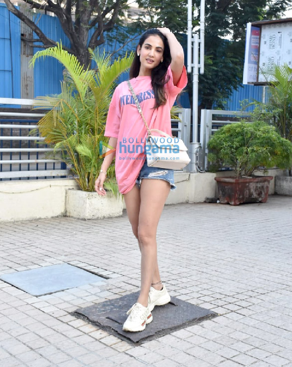 Photos Sonal Chauhan snapped at a store in Juhu (2)