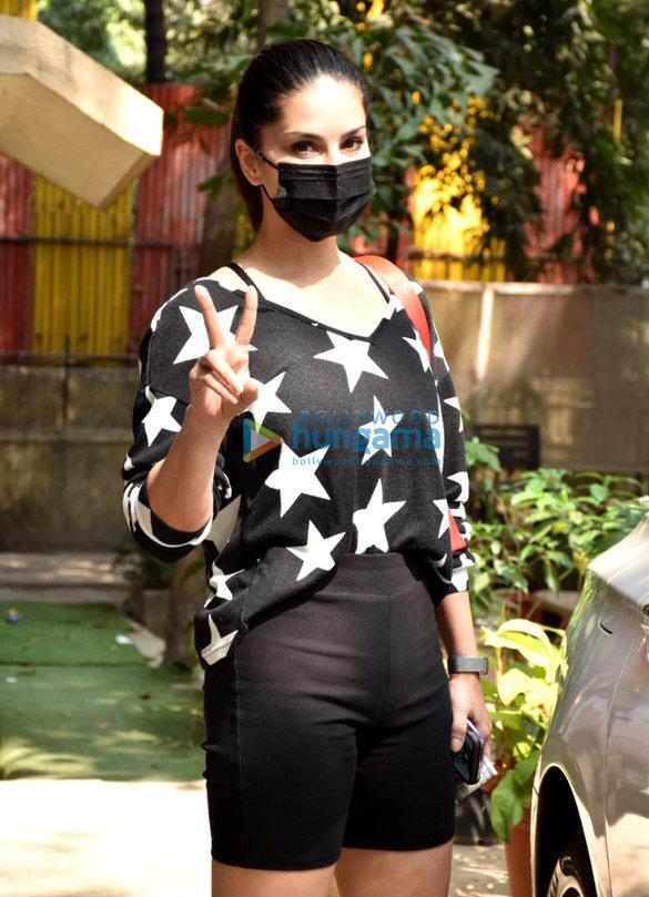 Photos Sunny Leone snapped at Kromakay salon in Juhu (1)
