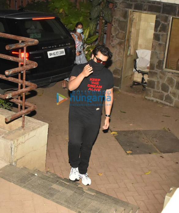 Photos Arjun Kapoor and Malaika Arora spotted at Kareena Kapoor Khan's house in Bandra (2)