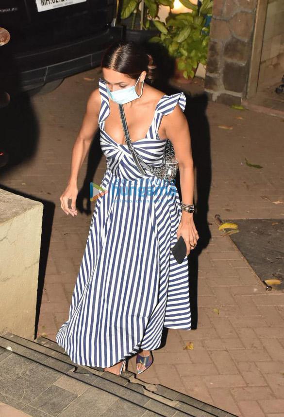 Photos Arjun Kapoor and Malaika Arora spotted at Kareena Kapoor Khan's house in Bandra (4)
