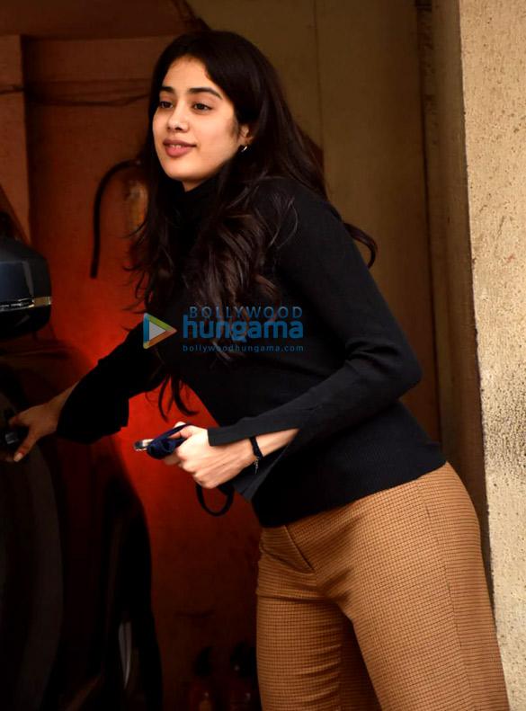 Photos Janhvi Kapoor snapped at Arjun Kapoor's house in Juhu (2)