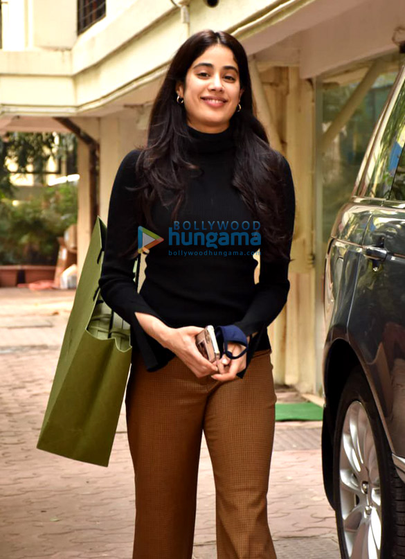 Photos Janhvi Kapoor snapped at Arjun Kapoor's house in Juhu (3)