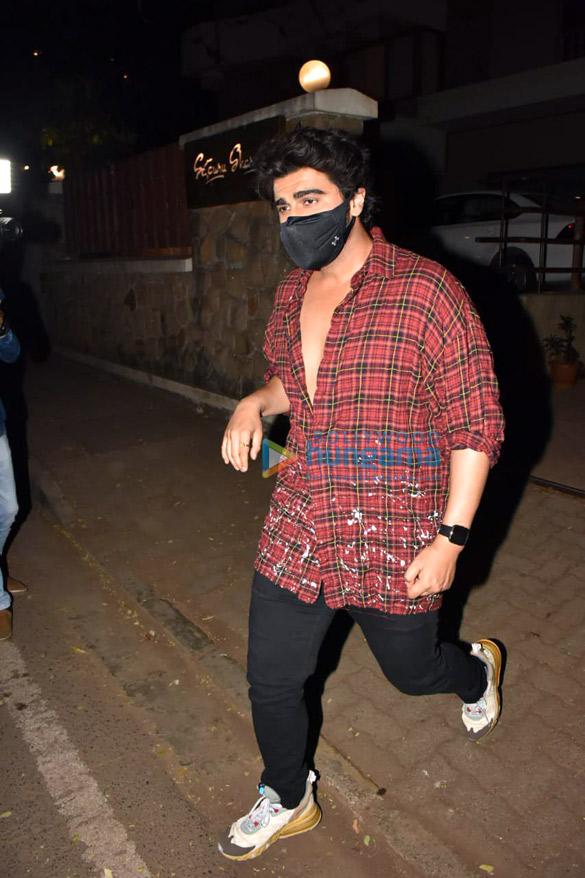 Photos Malaika Arora, Arjun Kapoor, Soha Ali Khan, Kunal Khemmu and Karisma Kapoor spotted at Kareena Kapoor Khan's house in Bandra (2)