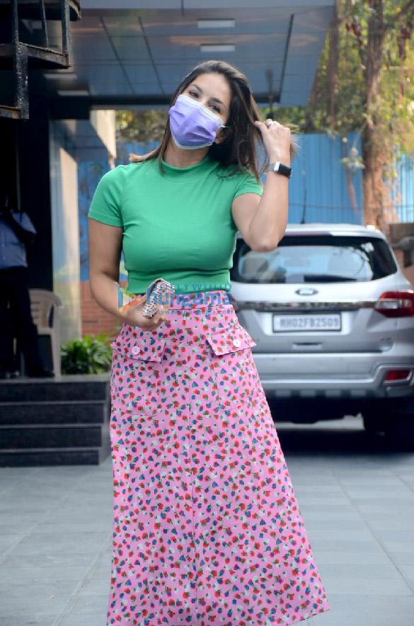 Photos Sunny Leone snapped at JCB salon in Juhu (3)