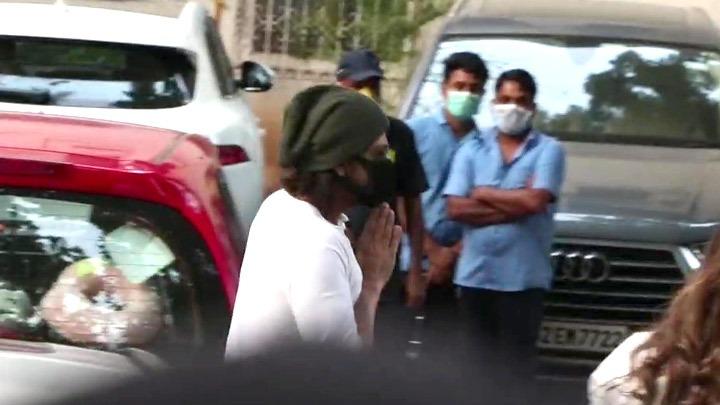 Shah Rukh Khan and Alia Bhatt arrive at Rajiv Kapoor's Bungalow in Chembur