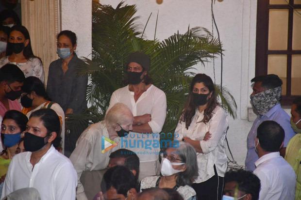 Rajiv Kapoor funeral: Ranbir Kapoor lends shoulder to uncle's mortal remains; Alia Bhatt, Shah Rukh Khan attend