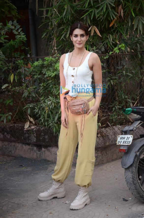 Photos Kriti Sanon snapped in Versova (1)