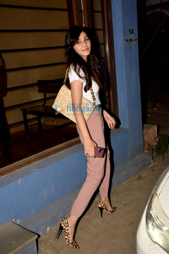 Photos Pooja Chopra snapped at Rakeysh Omprakash Mehra's office in Bandra (2)