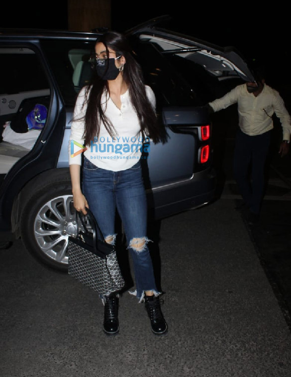 Photos Sophie Choudry, Kanika Kapoor, Rohit Roy and others snapped at the airport-001 (1)