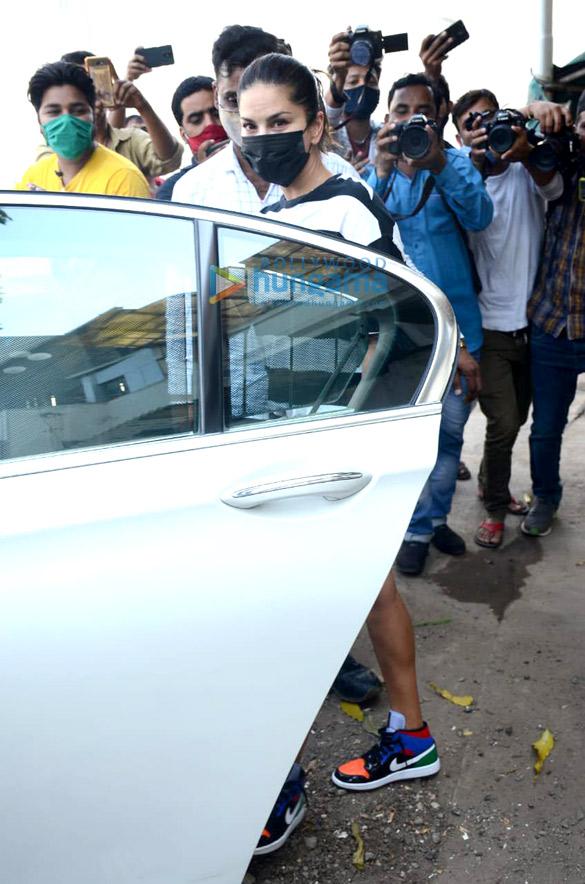Photos Sunny Leone Snapped in Juhu (1)