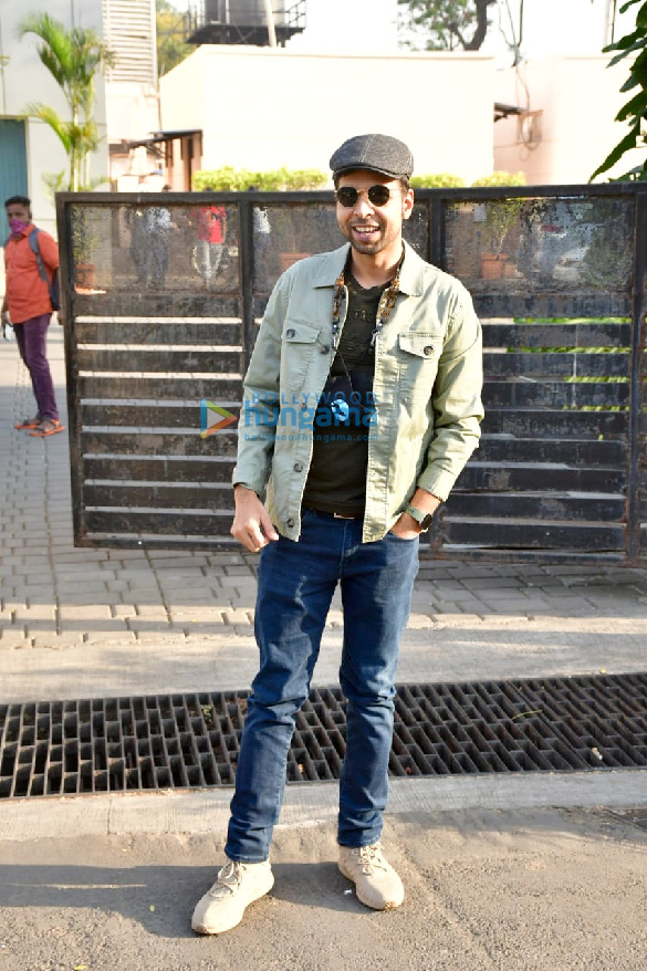 Photos Varun Dhawan, Kriti Sanon and Abhishek Banerjee spotted at the Kalina airport (3)