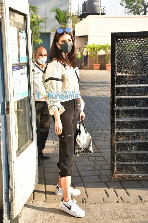 Photos Varun Dhawan, Kriti Sanon and Abhishek Banerjee spotted at the Kalina airport (6)