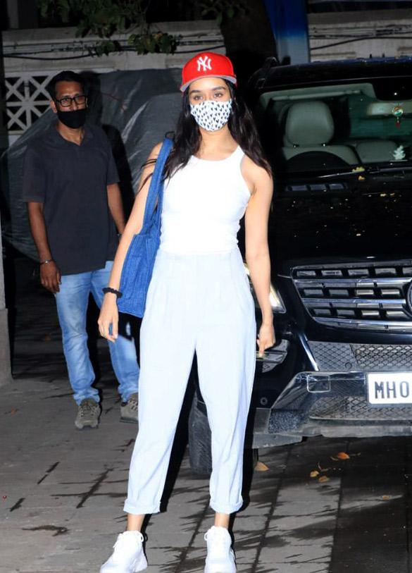 Shraddha Kapoor snapped at Juhu (4)