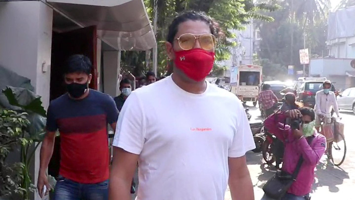 Yuvraj Singh spotted at cafe in Bandra